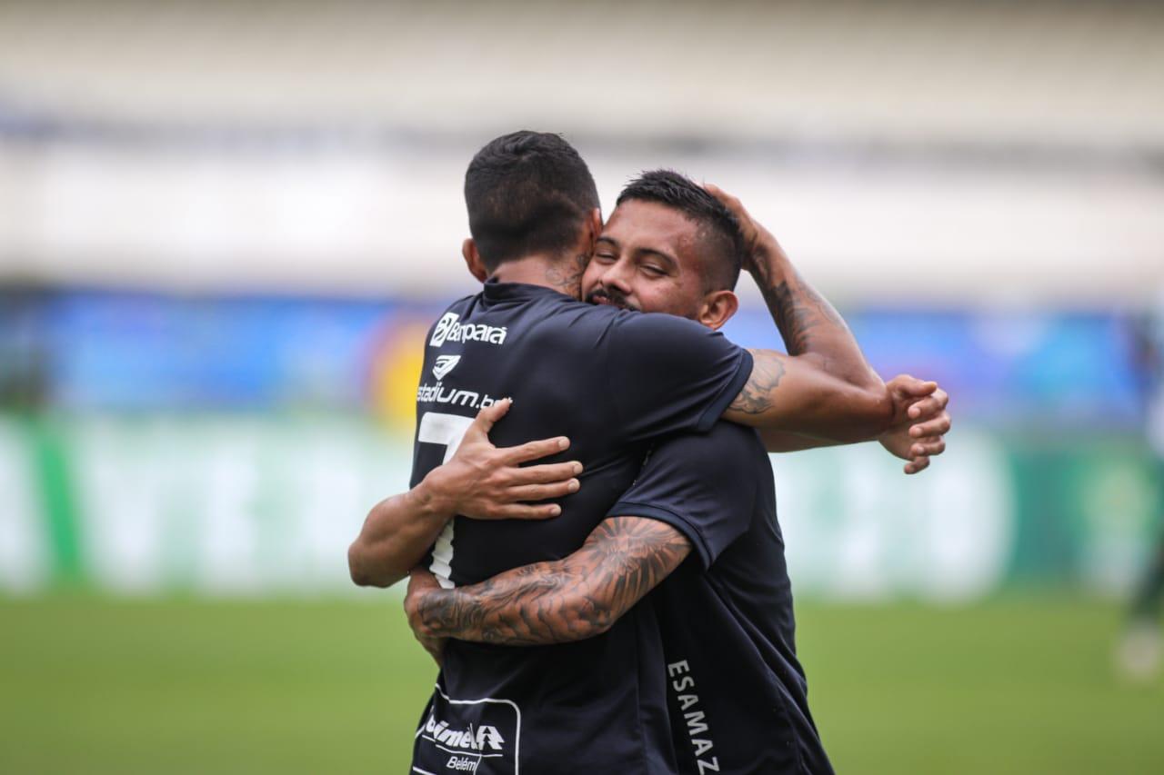 Wallace e Hélio na comemoração do gol