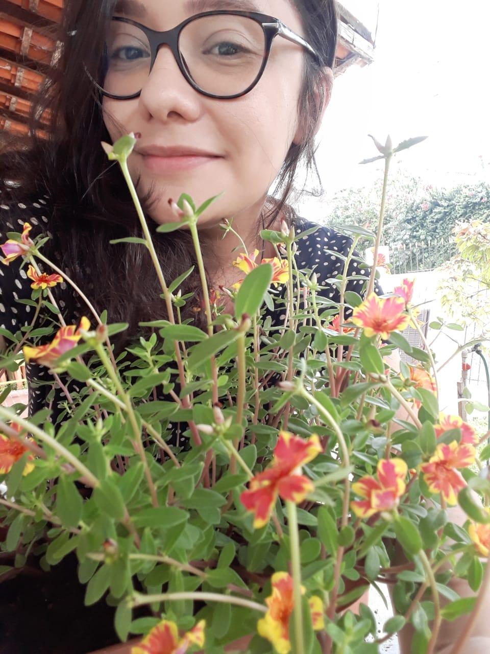 Sabrina ao lado das suas plantas