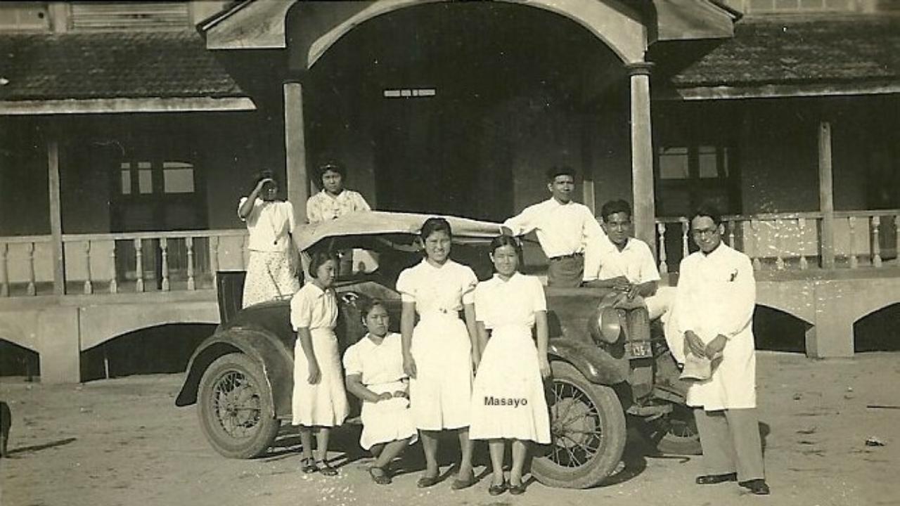Imigrantes recém chegados em frente ao hospital da época, em Tomé-Açu