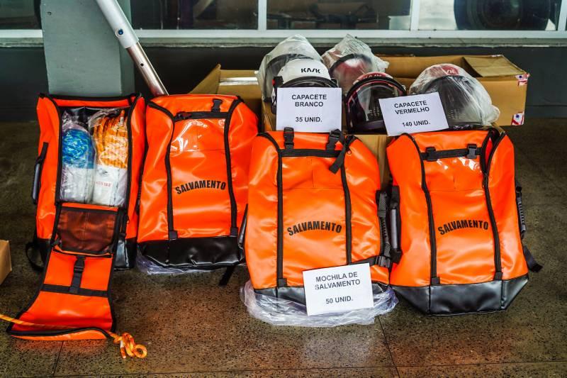 O governo disponibilizou ainda mais de 850 equipamentos de combate a incêndio urbano e florestal e também de busca e salvamento
