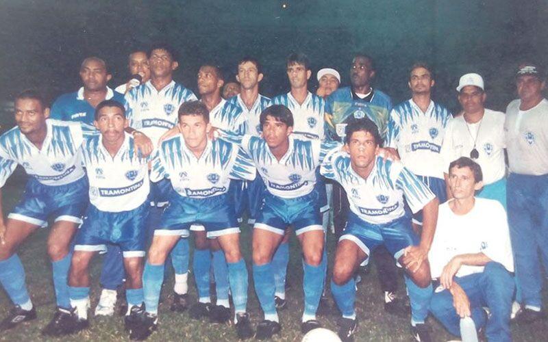 Fernando Silva (primeiro em pé esq. para direita) no Paysandu no jogo que quebrou o tabu de 33 partidas.