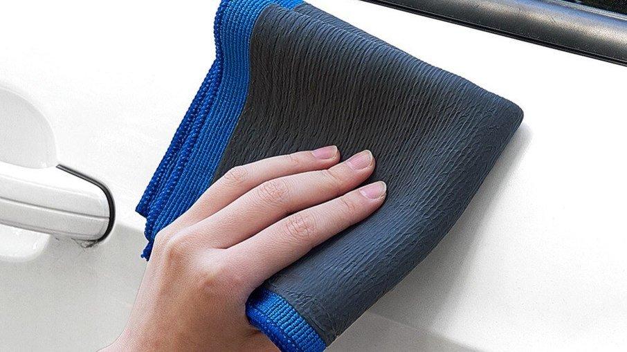 A toalha é confeccionada em microfibra e um dos lados possui uma camada de borracha