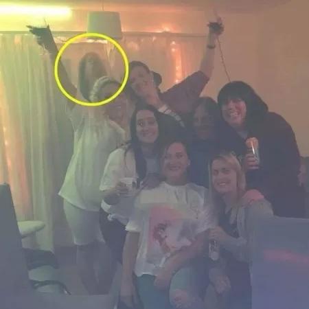 Rebeccae e suas amigas em foto assustadora