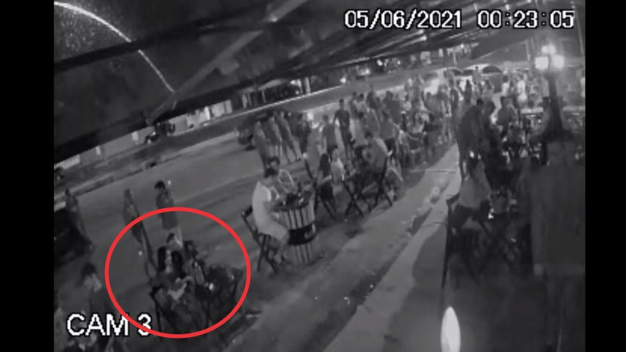 Câmeras de segurança mostram o bombeiro conversando com uma mulher