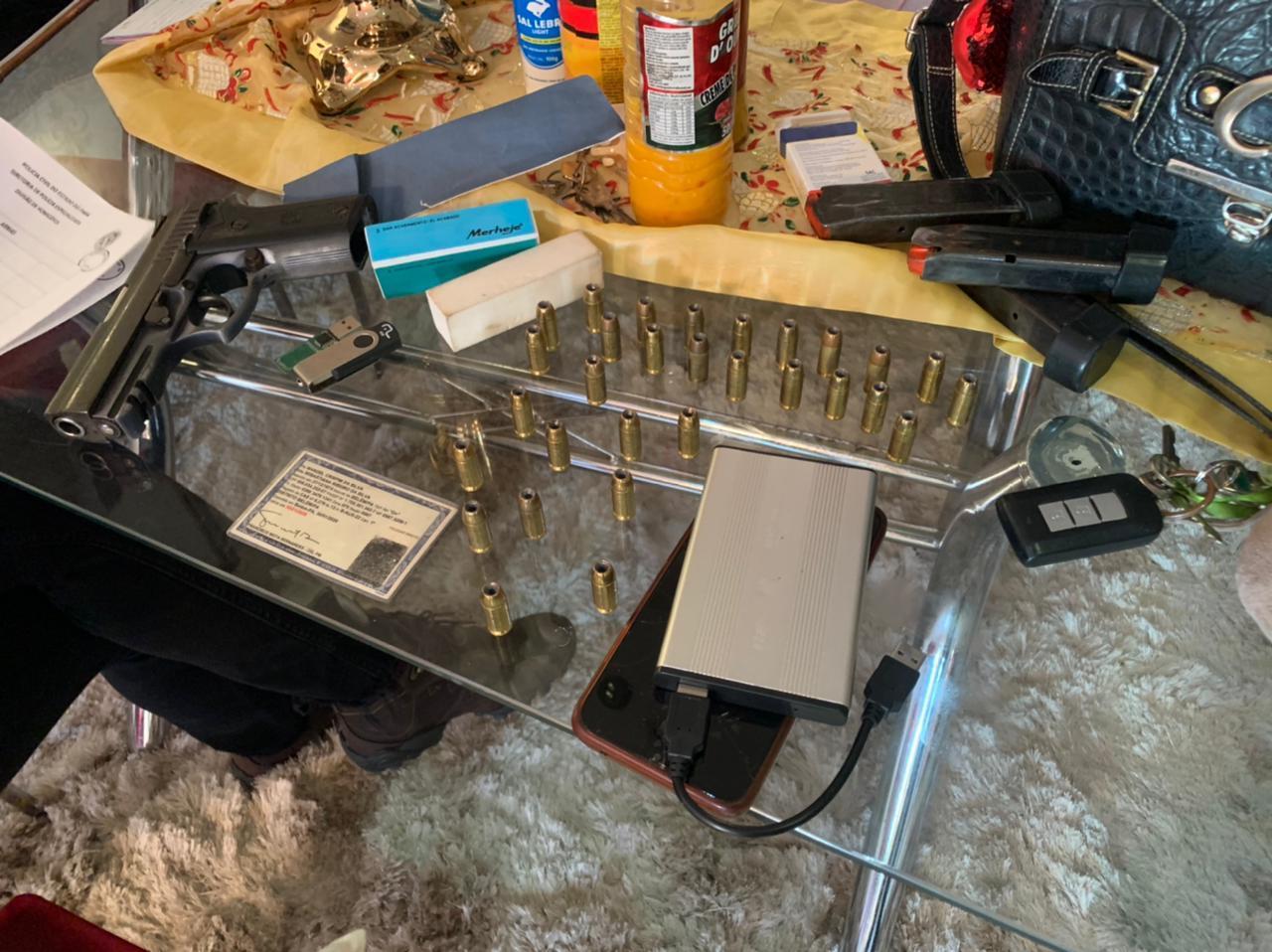 Uma arma e munições foram apreendidas com um dos suspeitos