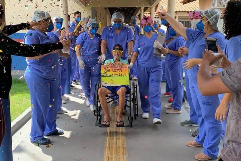 Seu Agusto recebe homenagens dos profissionais da saúde do Hospital de Campanha