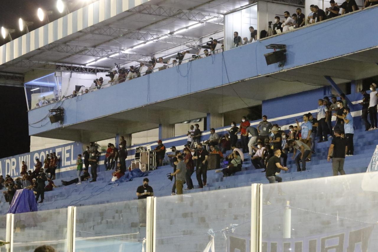 Muitas pessoas aglomeradas no estádio da Curuzu na noite deste domingo.