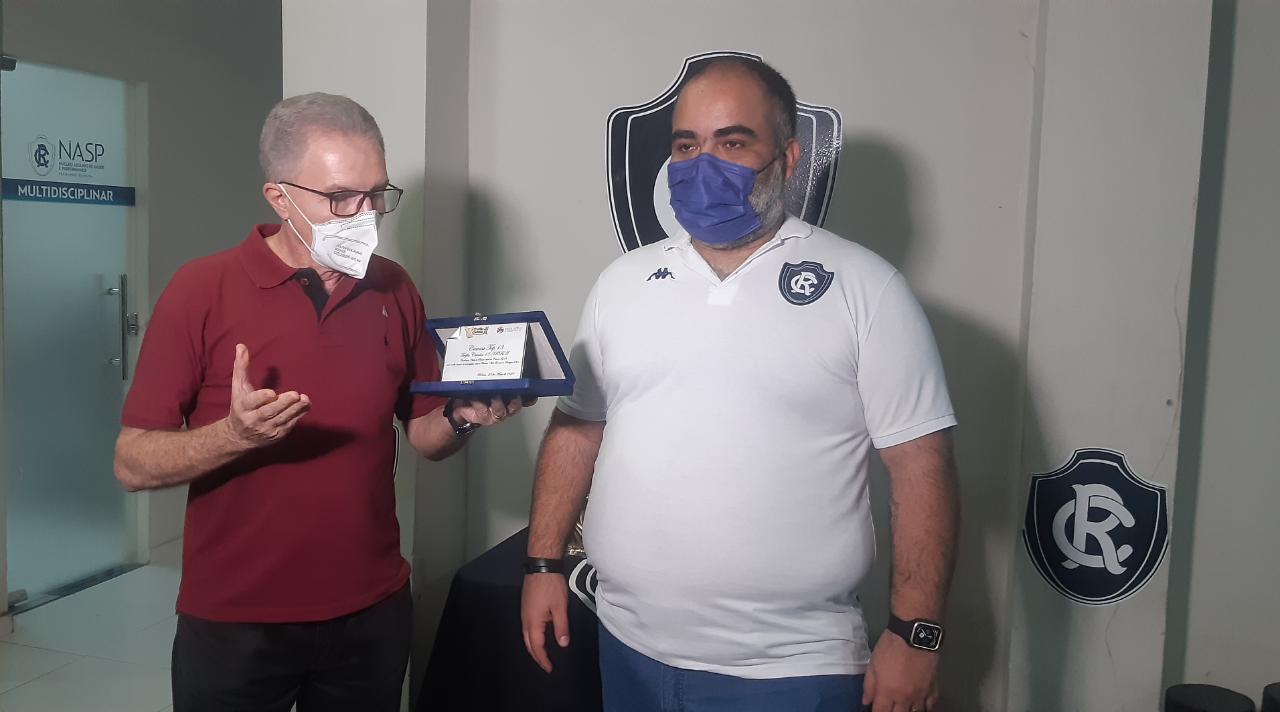 Fábio Bentes recebe a premiação das mãos de Zaire Filho