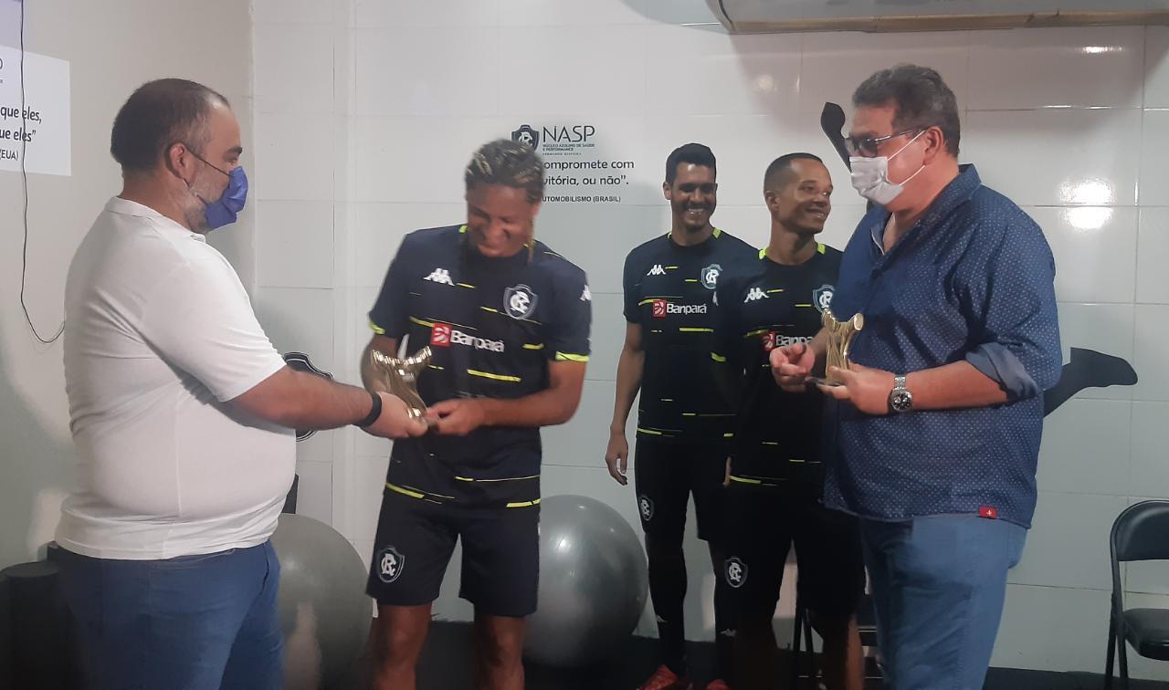 Gedoz recebe os troféus das mãos de Fábio Bentes e o vice presidente do clube, Tonhão.