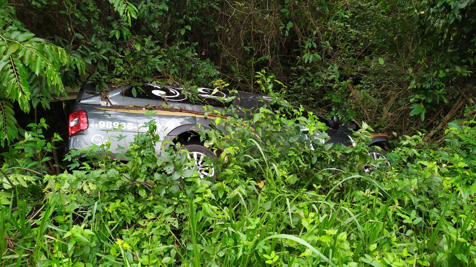 Com o impacto, o veículo funerário, que transportava um corpo para Bragança, caiu em um barranco. O motorista sofreu escoriações e foi encaminhado para a UPA de Capanema