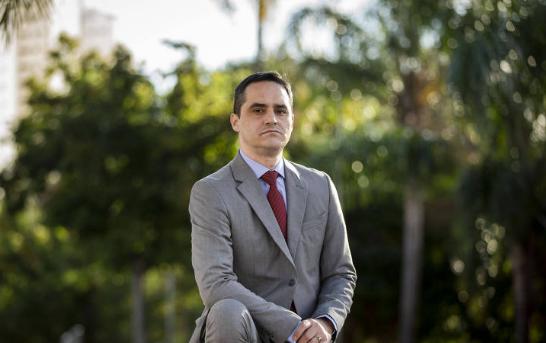 Hoje o advogado, Thiago Oliveira Lacerda, aos 41 anos