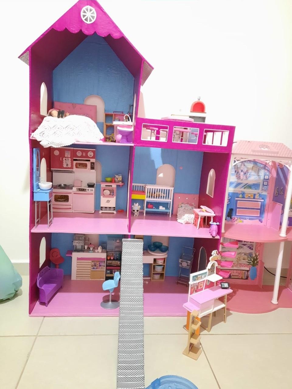 Das caixas de papelão surgem casas de bonecas
