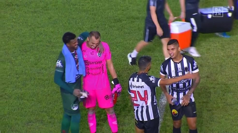 Victor Souza abraçou o goleiro Felipe, do Botafogo-PB, após derrota por 2 a 0 do Papão na Curuzu.