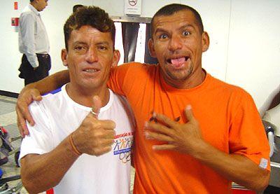 Sandro Buguelo e o Irmão, Sérgio Roberto após vitória na Pororoca, 2006.