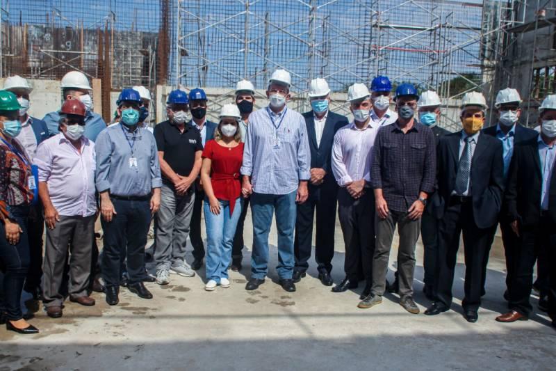 Comitiva do governo do Estado e representantes da mineradora North Star.