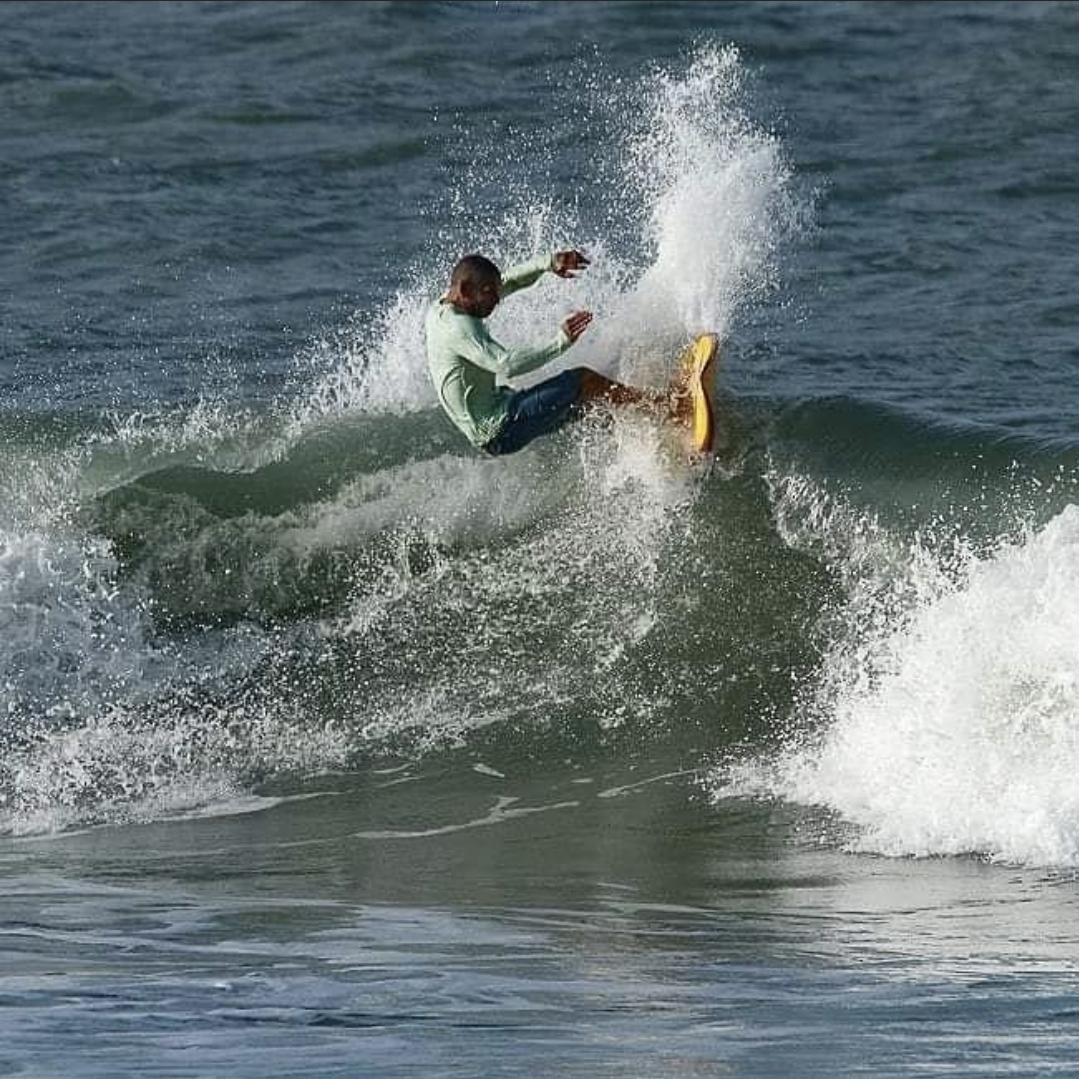 """Buguelo pegando """"uma onda"""" em Salinas."""