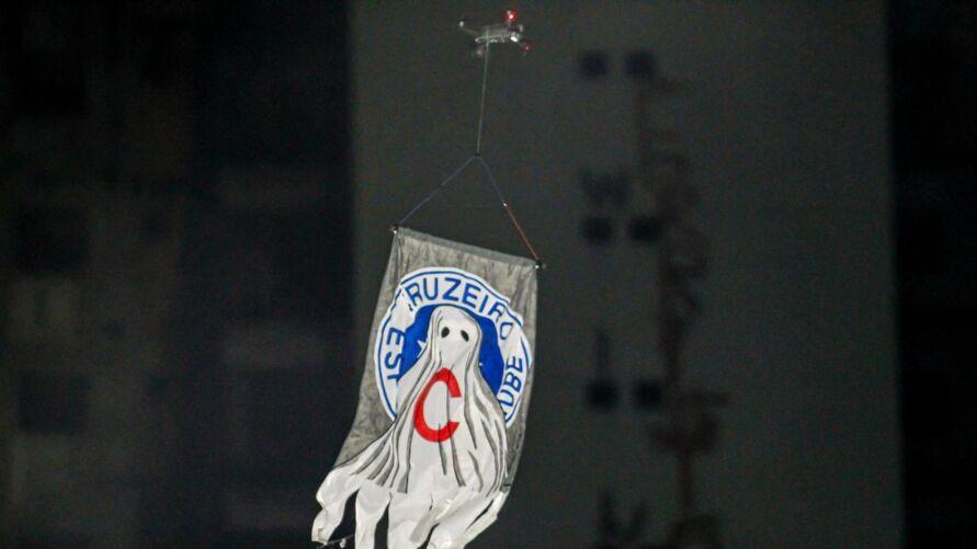 Drone aparece no Baenão carregando um cartaz com o símbolo do Cruzeiro.