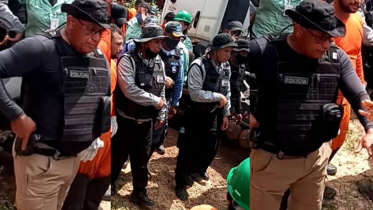 Os suspeitos, que entraram na localidade encapuzados, carregando armas e coletes como se fossem policiais
