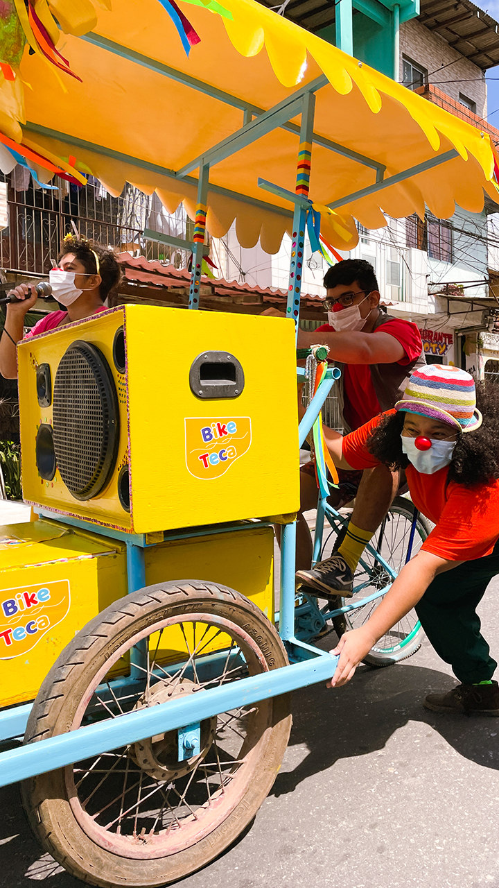 Atores circulam pelo bairro do Guamá levando cultura e arte à população