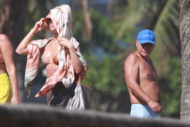 Grazi Massafera sensualiza com biquíni desamarrado em dia de praia