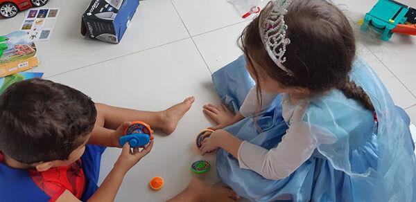 Com as crianças em casa após a suspensão das aulas, pais têm apostado na criatividade.