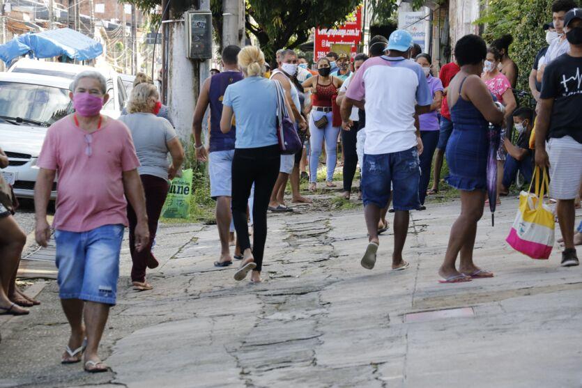 Agências da Caixa em Belém amanhecem o sábado (2) com longas filas atrás do auxílio emergencial