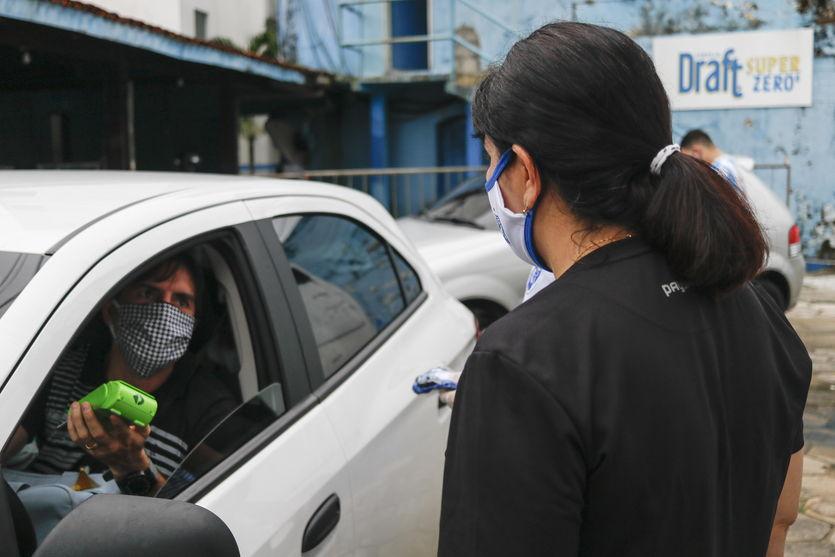 Bicolores que compraram kit de máscaras recebem produtos em 'drive-thru'