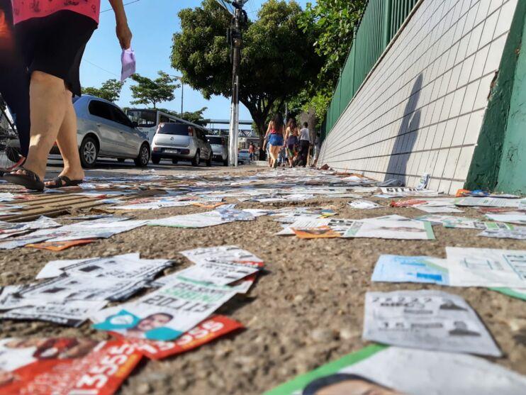 Belém amanhece suja com santinhos espalhados nas ruas