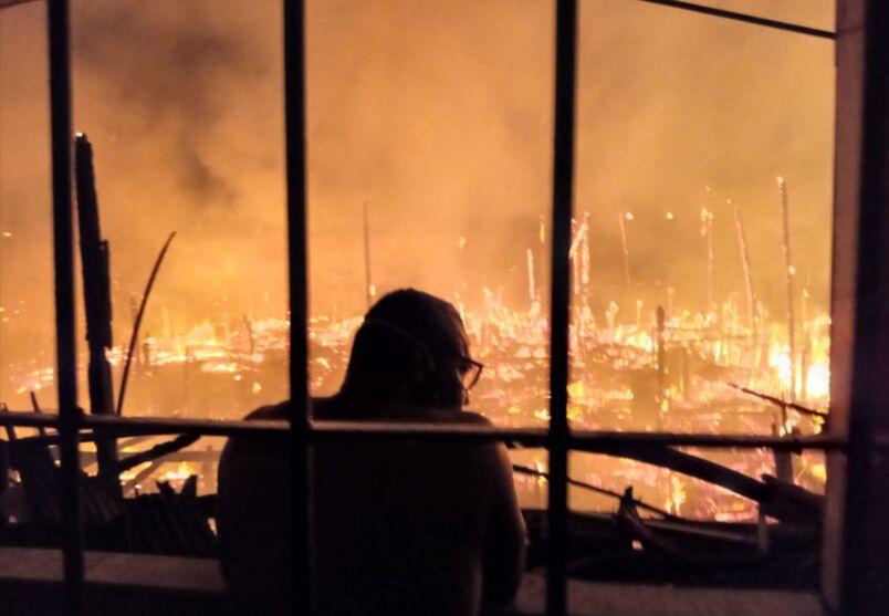População viu às chamas consumirem a maioria das casas do local.