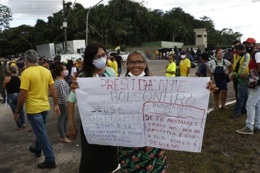 Apoiadores aguardam a chegada de Bolsonaro em Belém