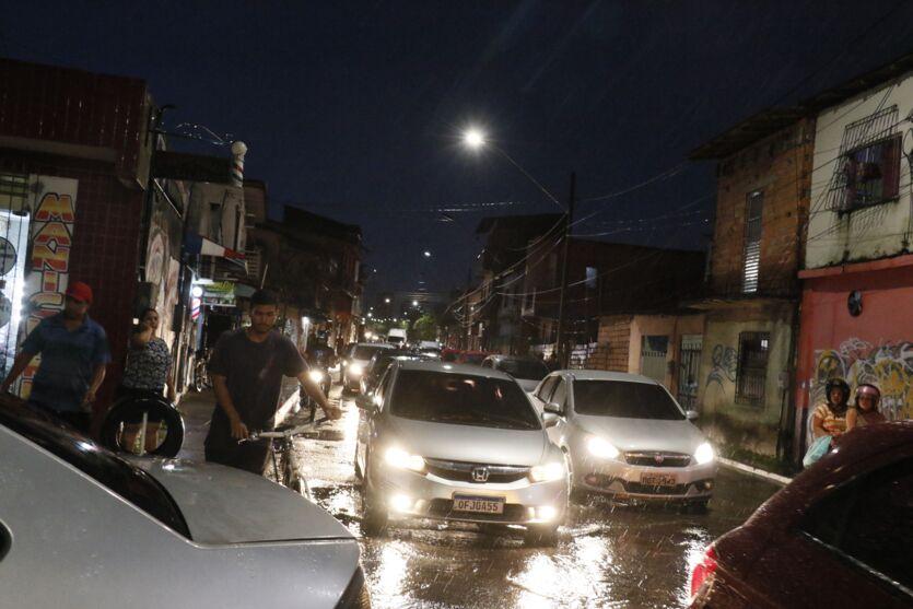 Chuva forte provoca alagamentos e complica trânsito. Veja!
