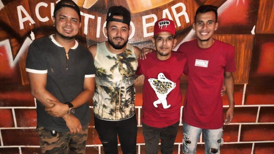 O grupo é formado por Neto (vocal e cavaquinhos), Alan Reis (violão), Cristian Guedes (pandeiro) e Thiago Alves (rebolo)