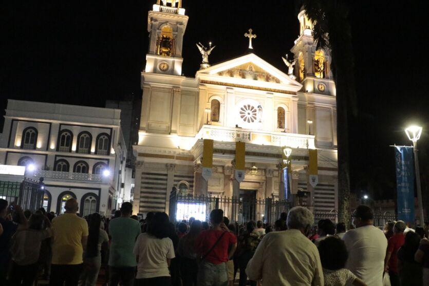 Fotos do lado de fora da Basílica na apresentação do manto