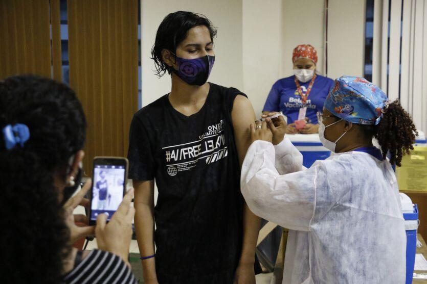 Veja fotos da vacinação em Belém dos nascidos em 2005 e 2006